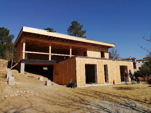 Visite de site d'une maison en construction en bottes de paille